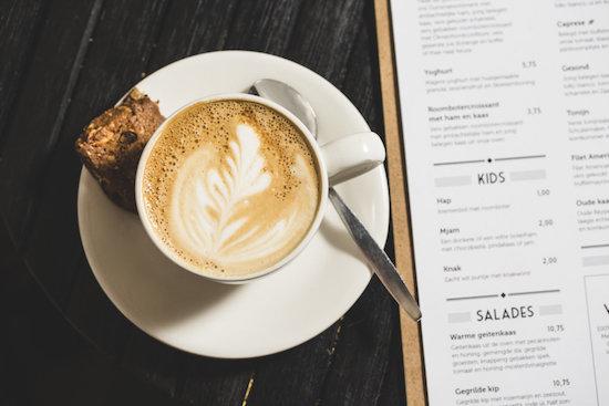 kopje koffie met latte art
