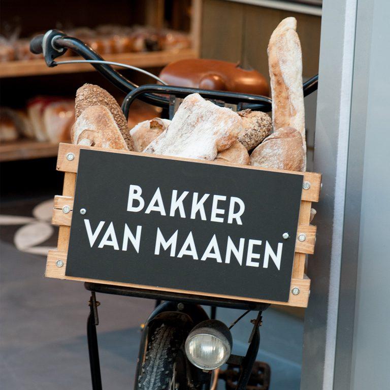 fiets met spelt broden in de mand