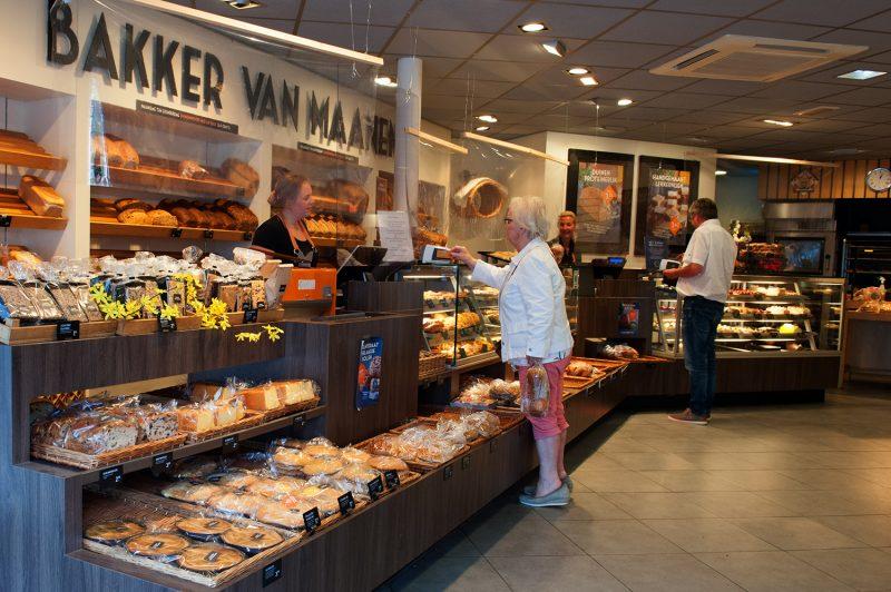 Winkel met toonbank en klanten